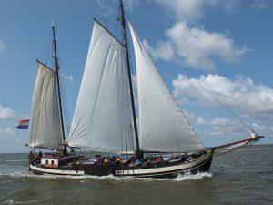 Historische Zeilvaart Harlingen Zeilen, droogvallen en wandelen op de bodem van de Waddenzee