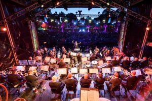 Op vrijdag 15 juni 2018 verzorgt de Marinierskapel van de Koninklijke Marine een concert op de Willemskade in Harlingen.